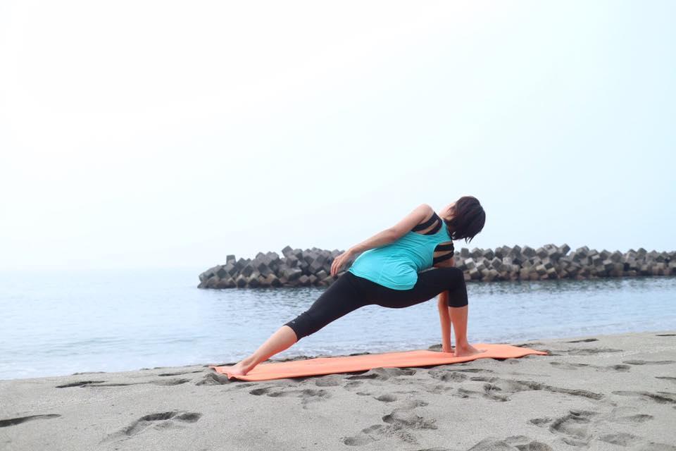 ヨガで心と身体を健康に!佐田岬半島の絶景を見ながらビーチヨガを開催中!