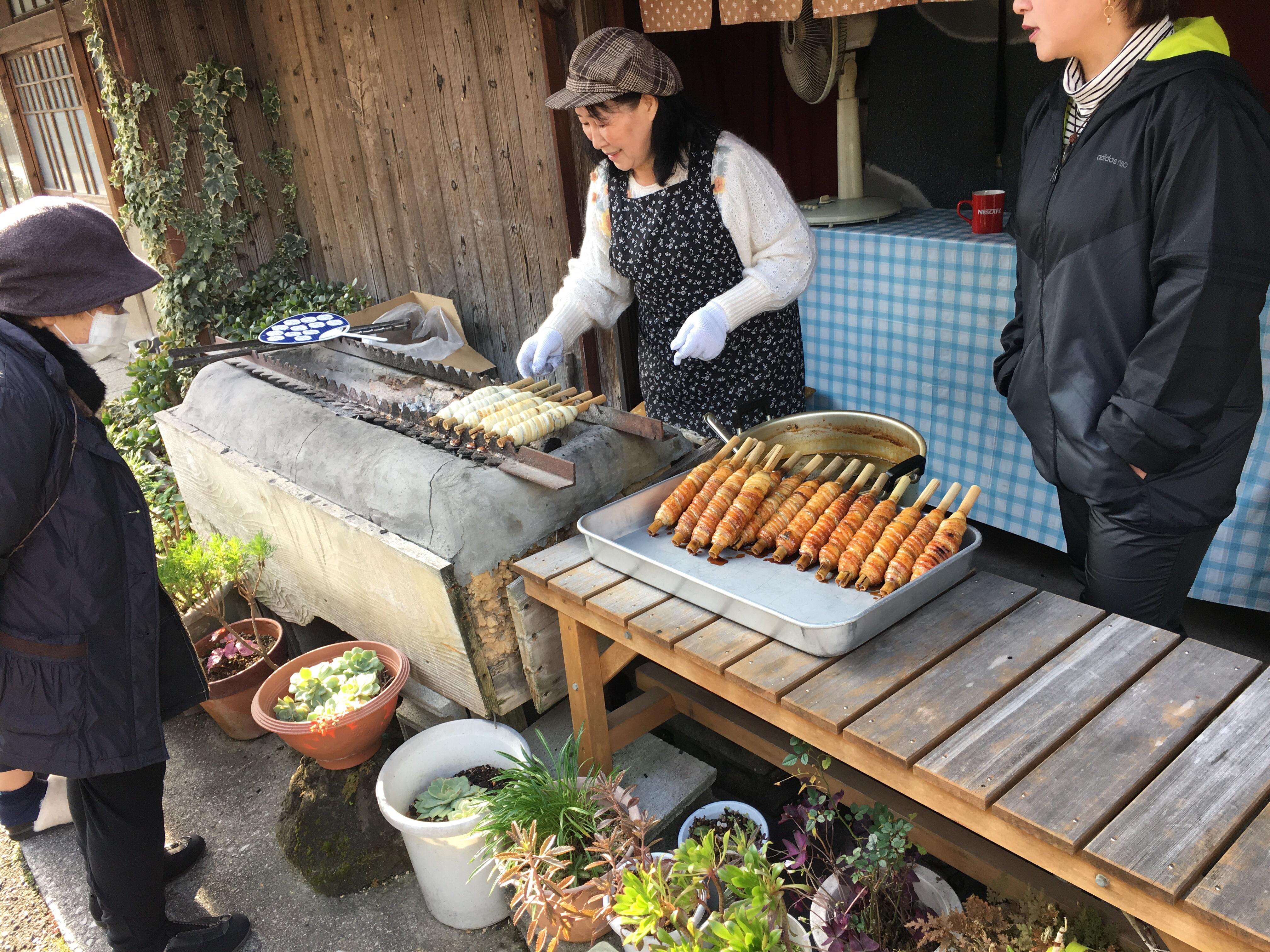 タレがたんまりついた一品!「河合太刀魚巻店」で太刀魚巻きとアジのすり身コロッケを食べてきたよ!