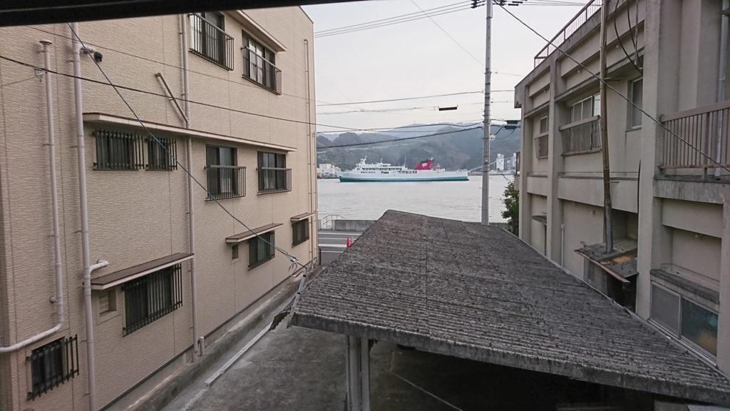 窓からは八幡浜港も見えます。