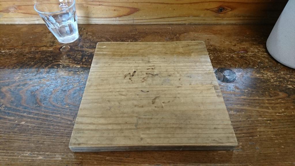 ▲長年、テーブルを守ってきてくれた木下駄師匠です。