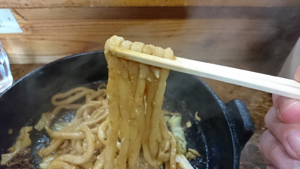 ▲つゆに浸かっていなくてもしっかりとコシのある麺です。