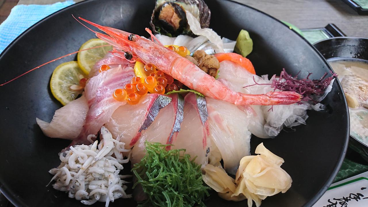 八幡浜フェリーのりばすぐ!漁港も魚市場もすぐ隣だから美味しい!八幡浜みなっとにあるどーや食堂で最高級海鮮丼「特選海鮮どーや丼」をいただく!