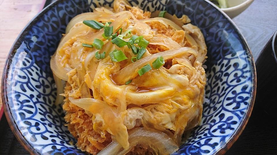 かつ丼マイスター菊池がゆく。四国中央市富郷町のてらの湖畔公園にあるレストラン「水のやかた」はかつ丼もうまい!