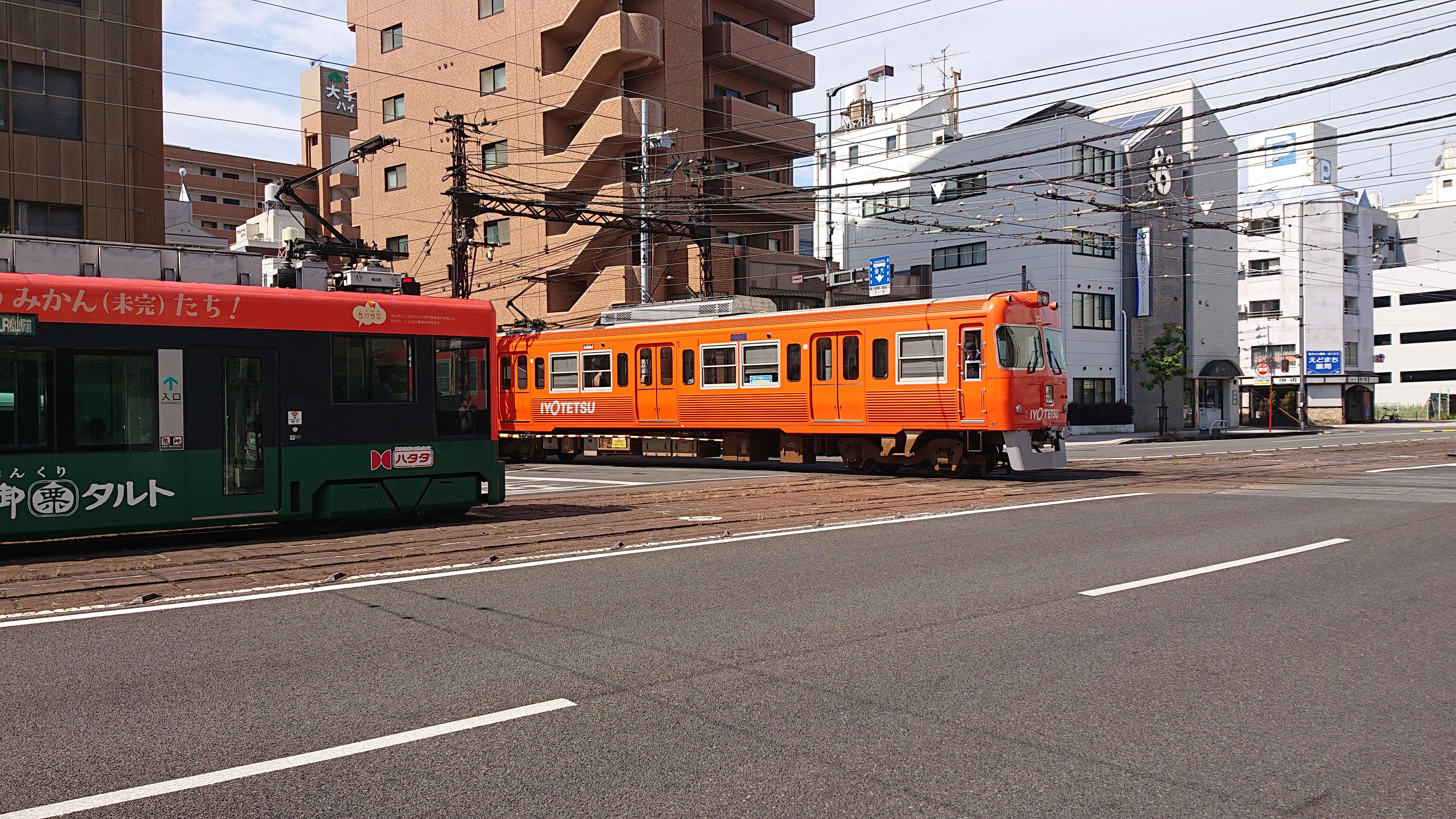 超レアな風景が松山に! 鉄道ファン必読の「電車の通過を踏切で待つ路面電車の眺め方」完全攻略マニュアル!