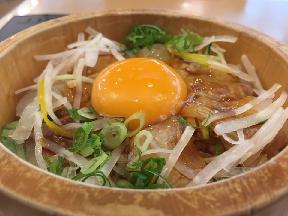 食欲を猛チャージ!西条市石鎚山SAにある「Ishizuchi kitchen ORANGE」の「愛媛鯛のみかん卵ユッケ丼」がやばい!