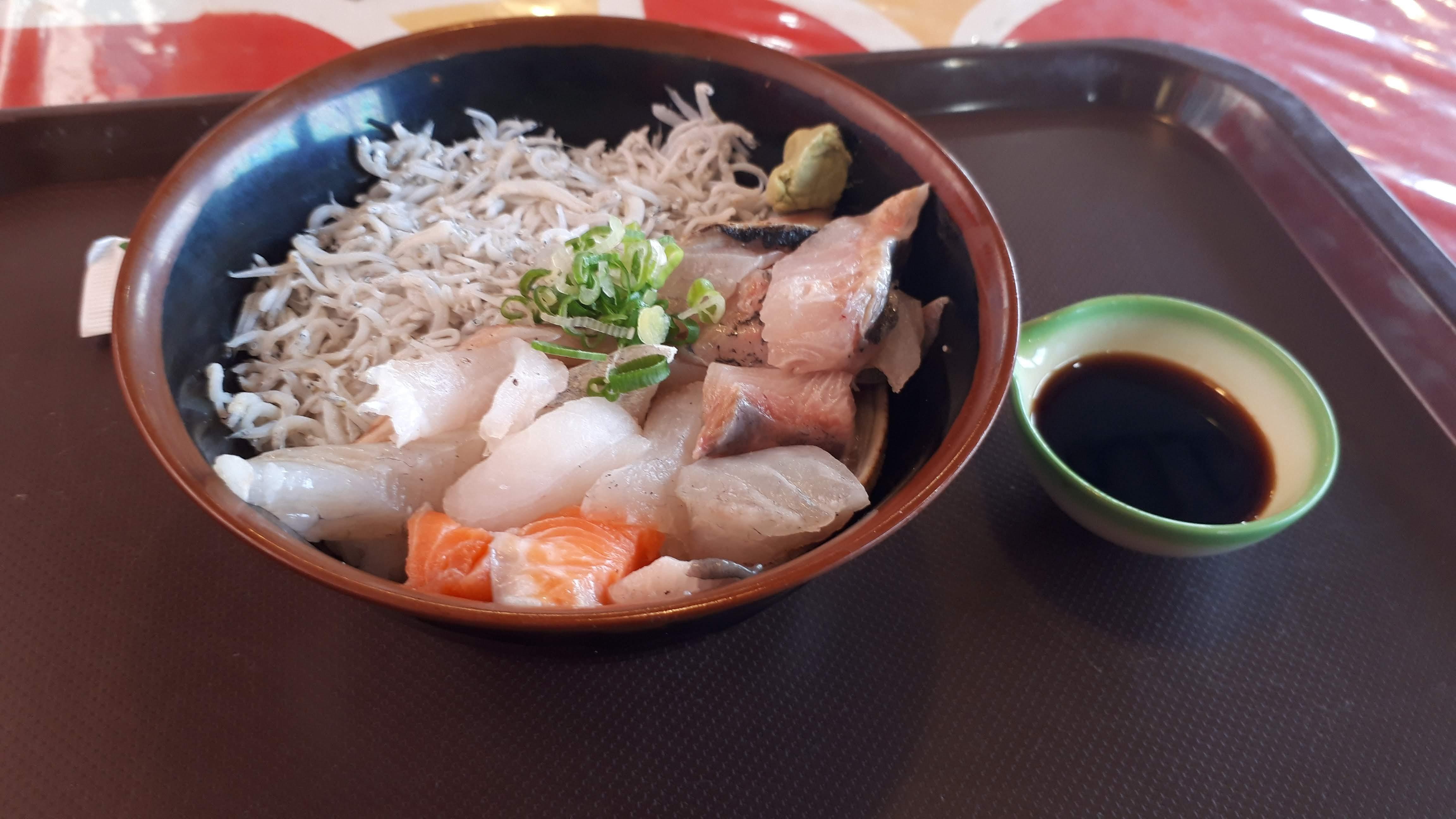 朝食モーニングにもおすすめ!八幡浜みなっと内「どーや食堂」の朝食限定「まかない海鮮丼」を食べてきたよ!