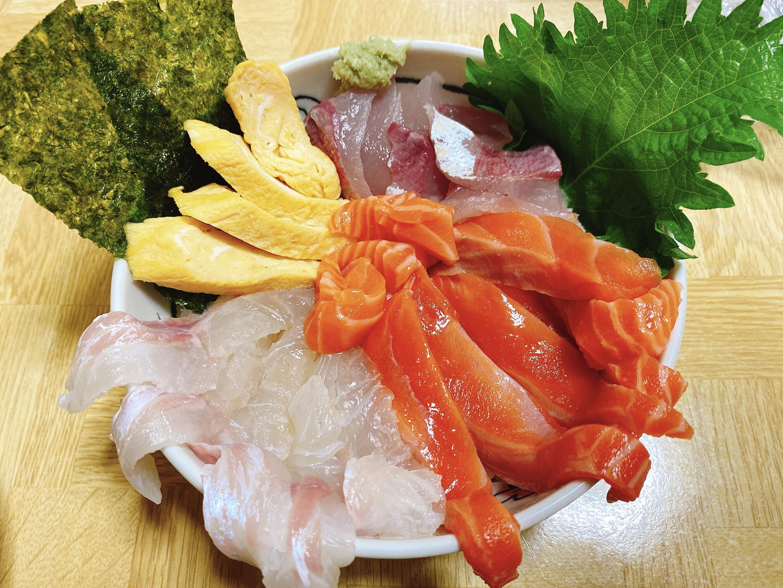 おうち時間を楽しもう!八幡浜・どーや市場で新鮮な魚を調達して、海鮮丼を作ってみたよ!