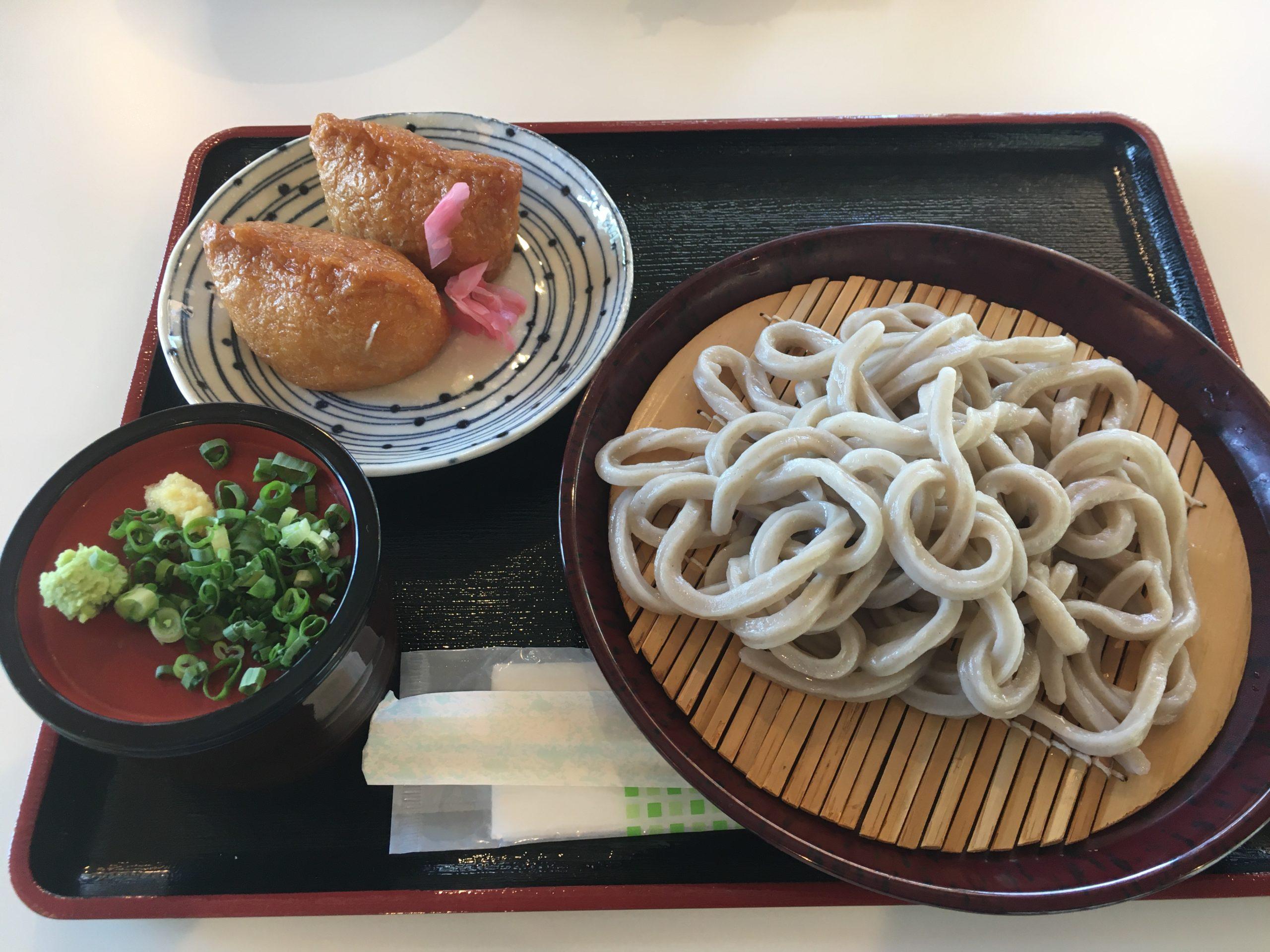 栄養満点のもち麦うどん!内子町の道の駅からり内にあるうどん処「あぐり亭」で「いなり」と「ざるうどん」を食べてきました!